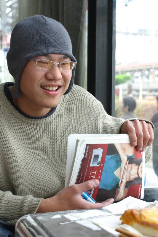 帥哥咖啡廳聊天的表情主題攝影台中20號倉庫鐵道藝術村