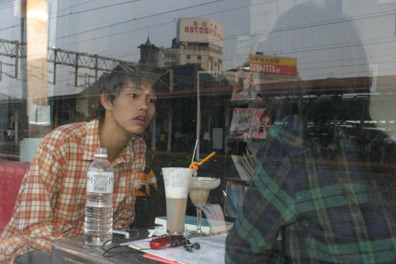 20號倉庫咖啡廳與台中火車站聊天人物攝影