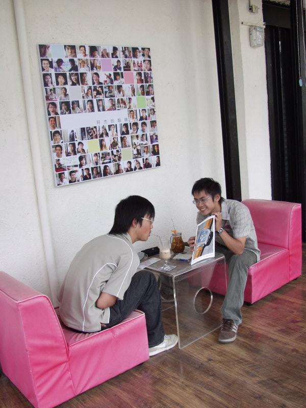 兩位帥哥在20號倉庫咖啡廳聊天閱讀