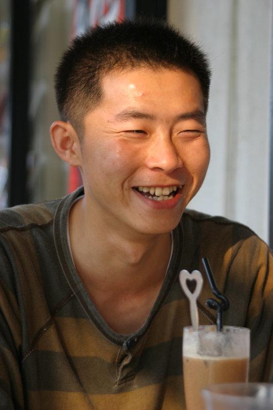 微笑的表情帥哥大頭照台中20號倉庫咖啡館