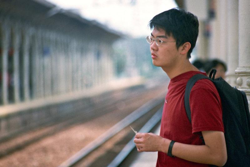 台中火車站街拍第一月台等火車的旅客