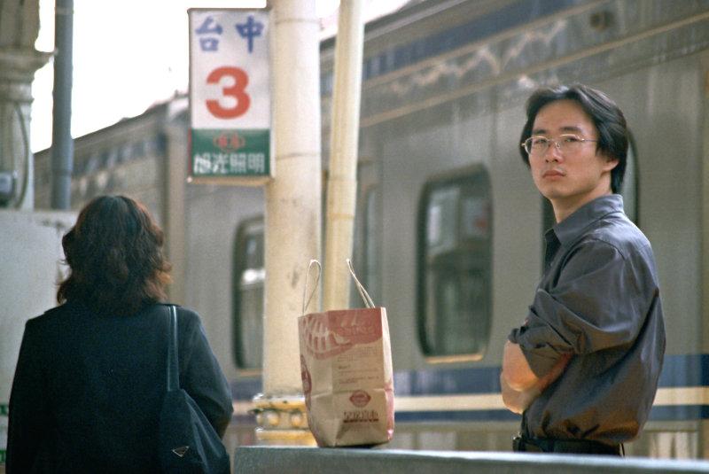 台中火車站街拍等火車的人