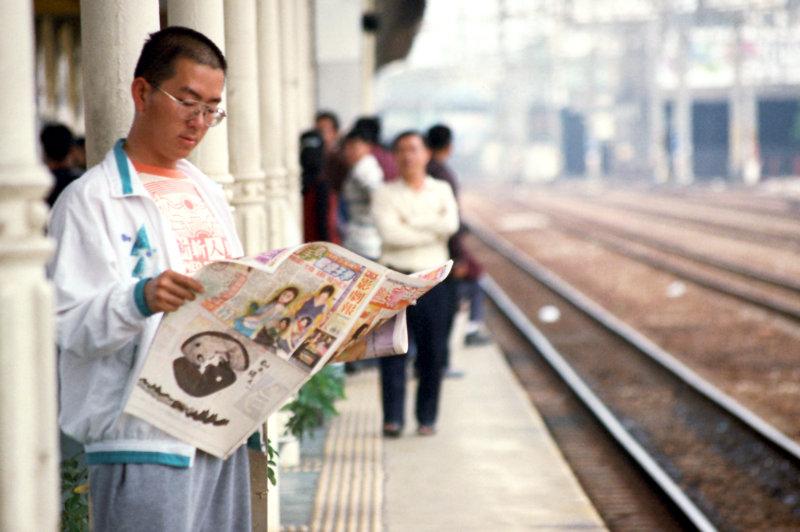 台中火車站街拍閱讀報紙