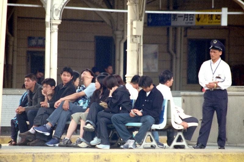 台中火車站街拍第二月台等火車的旅客
