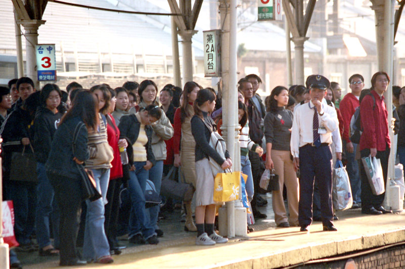 月台等車進站