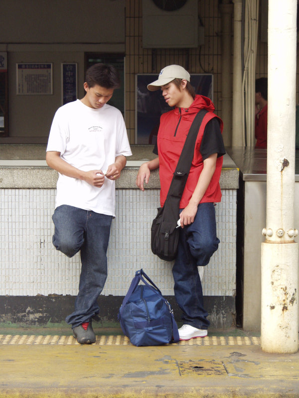 月台聊天的旅客台中火車站舊站