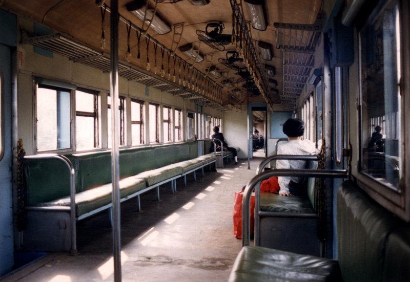 平快車可自由開窗戶的兩排座位包廂格局