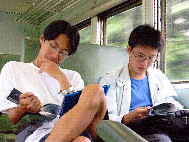 平快車認真閱讀的同學