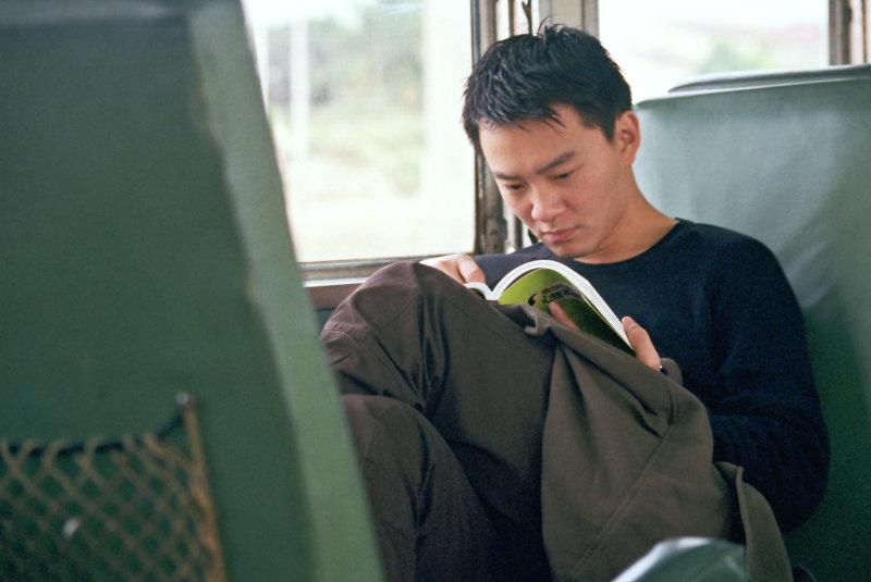 平快車看書的旅客