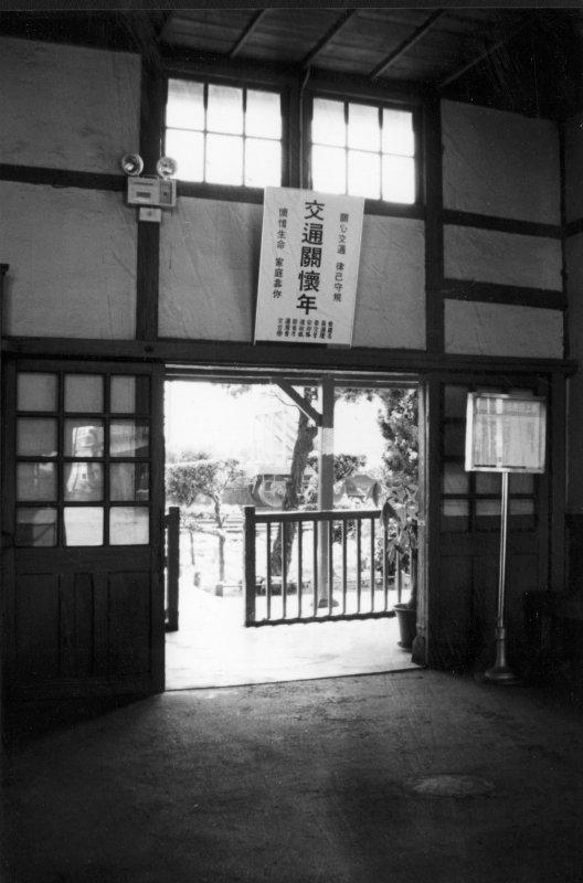 台中老照片追分車站後車室大門口