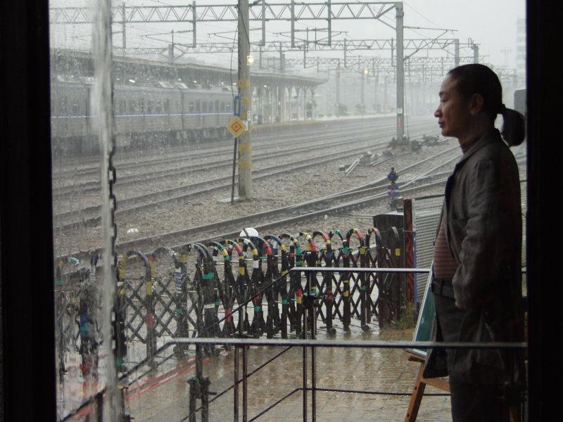 雨天的台中火車站舊站與20號倉庫大門