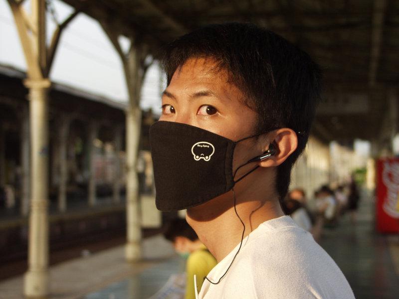 臺中車站月台戴口罩的帥哥