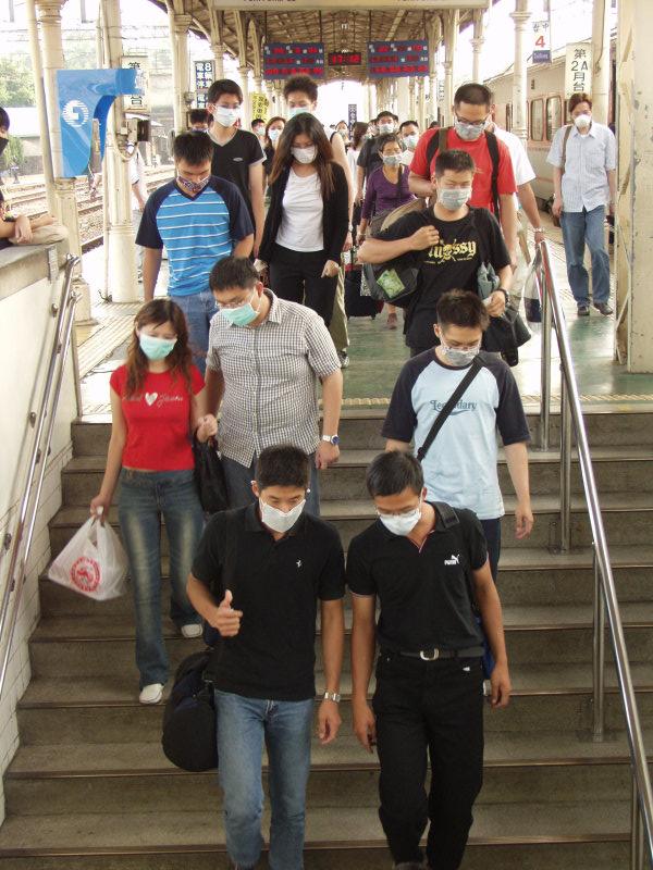 戴口罩人們進入臺中車站第二月台地下道