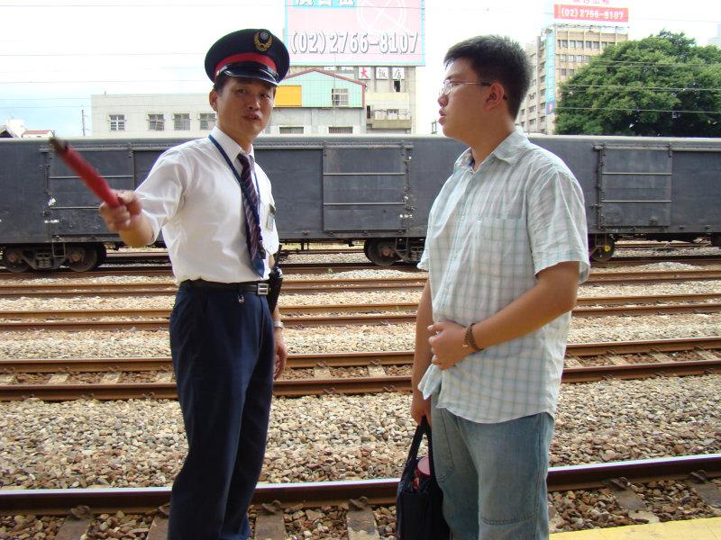 鐵道員與旅客交談台中車站第二月台