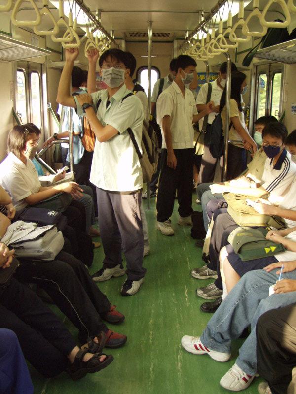 放學時間區間車上戴口罩的同學們