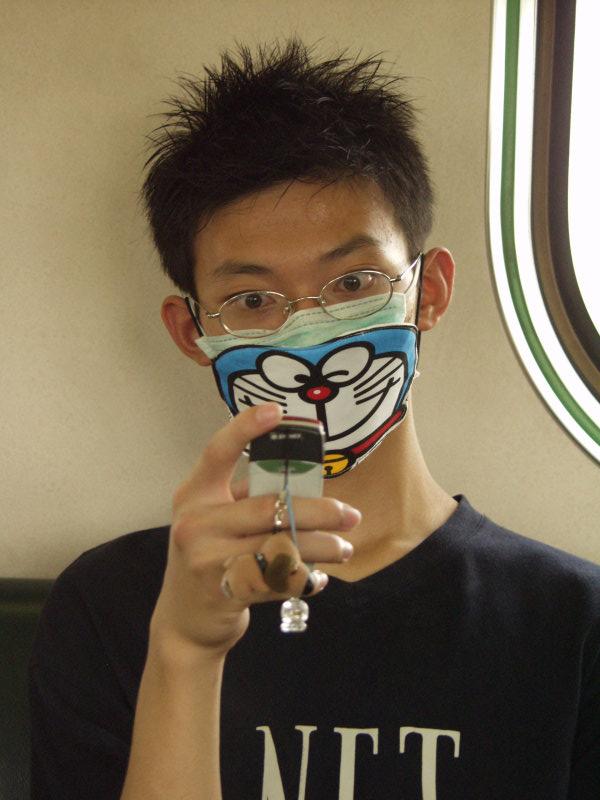 小叮噹造型口罩2003年SARS電車上